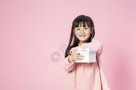 拿着礼物的小女孩500912643图片