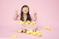 玩柠檬的小女孩图片