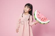 拿着西瓜的小女孩图片