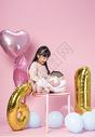 拿着礼物盒的小女孩500912693图片