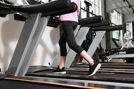 跑步机运动健身脚部特写图片