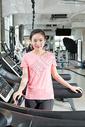 年轻女性跑步机运动健身图片