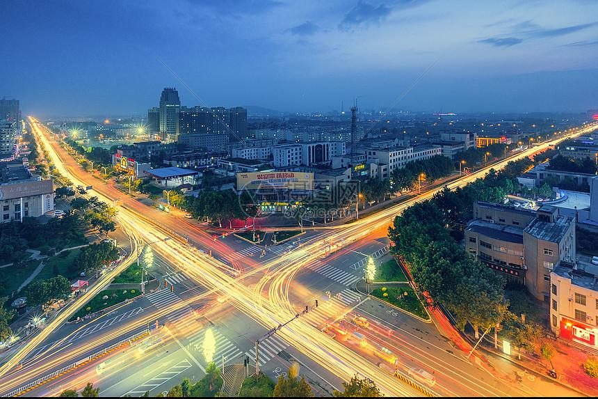 流光溢彩的街口图片
