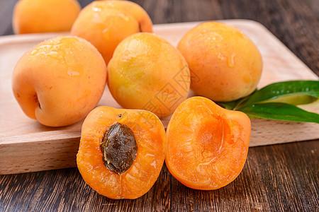 带水珠的杏子图片