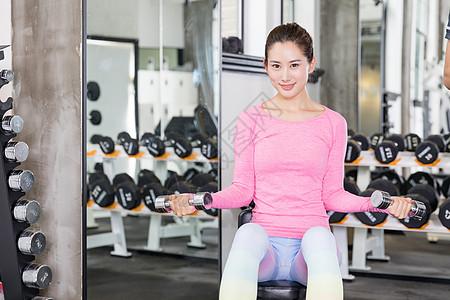 年轻女性健身举哑铃运动健身图片