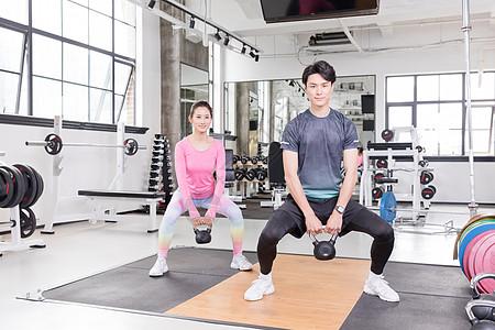 健身房运动使用壶铃力量训练图片