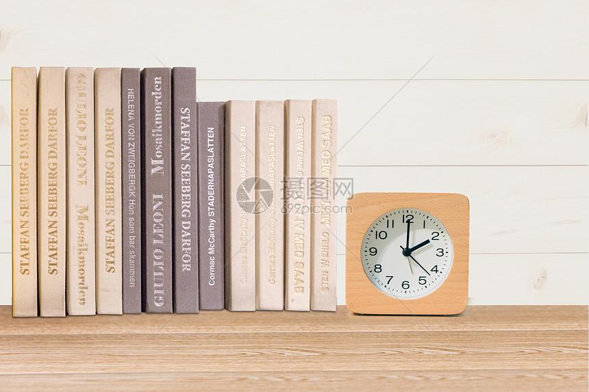 桌上的书图片