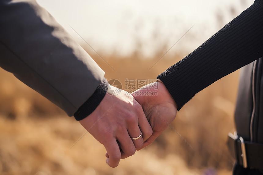 情侣牵手图片
