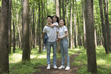 一家人在树林中游玩图片