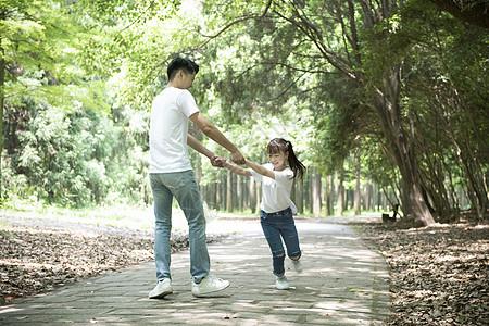 爸爸与孩子户外玩耍图片