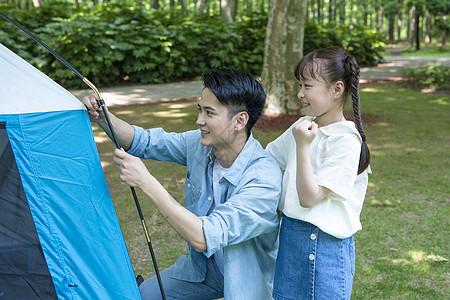 家庭亲子户外搭帐篷图片