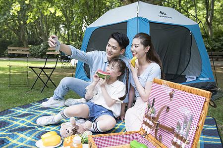 一家人户外露营自拍图片