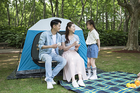 一家人户外露营帐篷图片