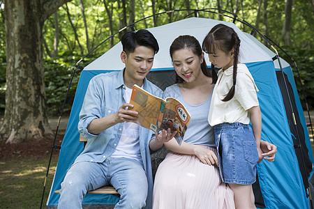 户外与孩子一起读书图片