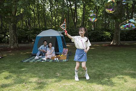 户外父母与孩子一起玩泡泡图片