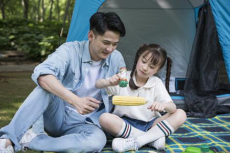 家庭帐篷前野炊玩耍图片