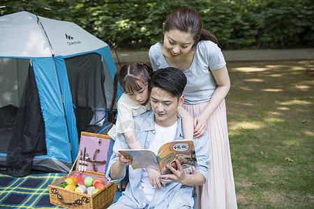 户外父母与孩子一起读书图片
