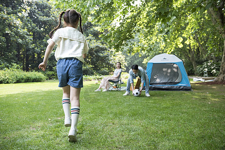 家庭亲子户外露营踢足球图片