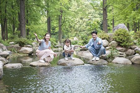 家庭亲子户外戏水游玩图片