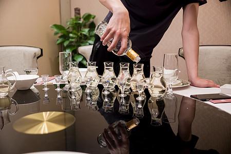 商务宴请酒桌上倒酒图片
