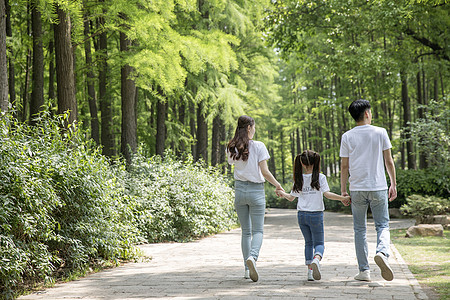 一家人在森林公园郊游图片