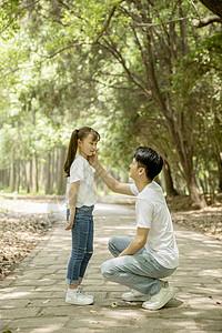爸爸和女儿在公园游玩图片
