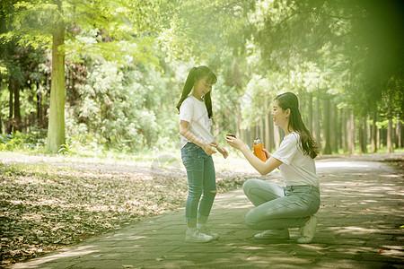 妈妈和女儿在公园里游玩图片