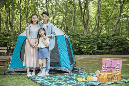 一家人在郊外野营游玩图片