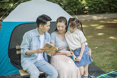 一家人郊游时阅读看书图片