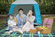 一家人郊游野餐图片