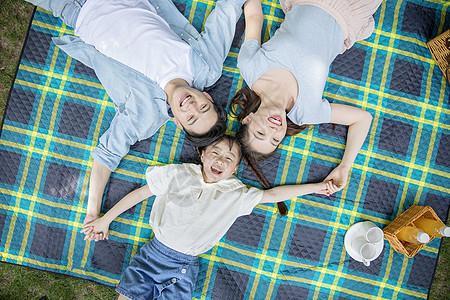 一家人在郊外草坪休息图片