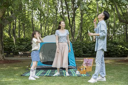 一家人郊游游戏玩泡泡图片