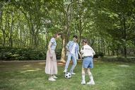 家庭出行在户外踢球图片