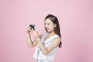 拍照的青年女性图片