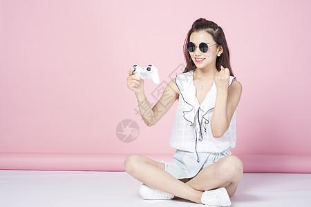 玩游戏的青年女性图片