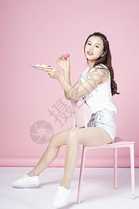 吃甜点的青年女性图片