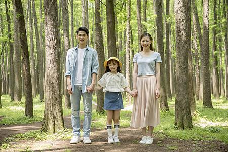 一家人在森林里散步图片