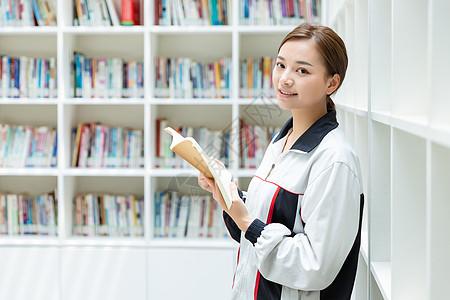高中生图书馆看书图片