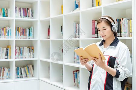 高中生图书馆听音乐看书图片