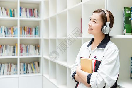 高中生图书馆听音乐图片