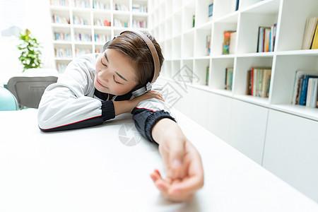 高中生书桌休息听音乐图片