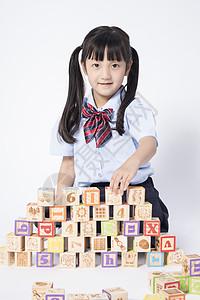 玩积木的小女孩图片