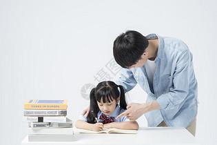 老师和学生一起学习图片