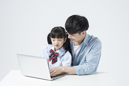 学生和老师一起用笔记本电脑学习图片