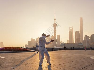 上海外滩日出晨练图片