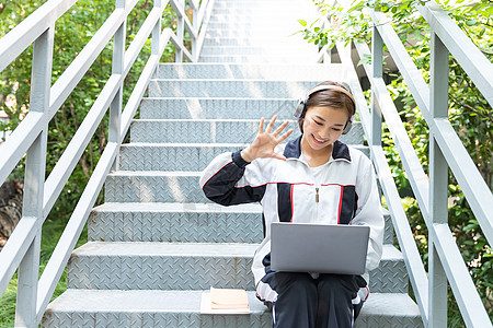 高中生校园楼梯在线教育图片