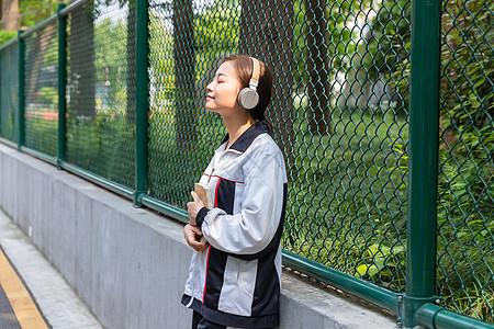 高中生校园内听音乐图片