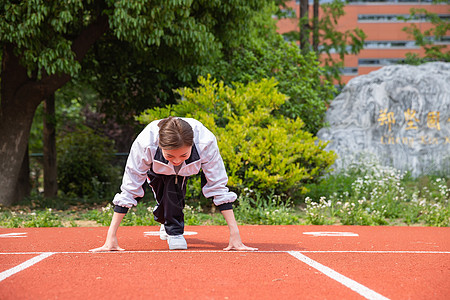 高中生在操场运动图片