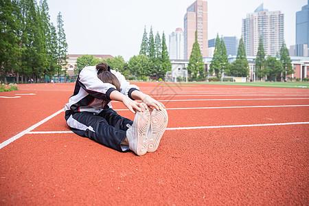 高中生在操场运动拉伸图片