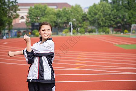 高中生在操场运动热身图片